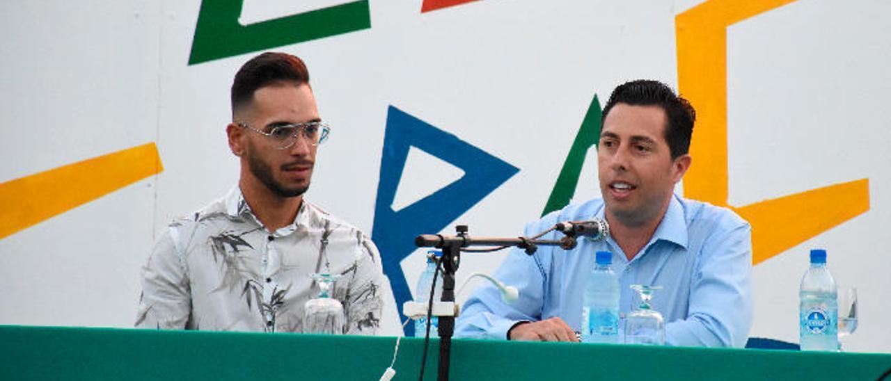 Agustín Cabrera, a la izquierda, y Alejandro Ramos anoche, durante la lectura del pregón de las fiestas de El Caracol.