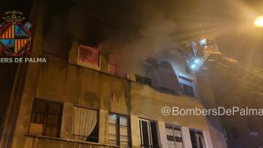 Un aparatoso incendio calcina dos plantas de un edificio okupado en Palma