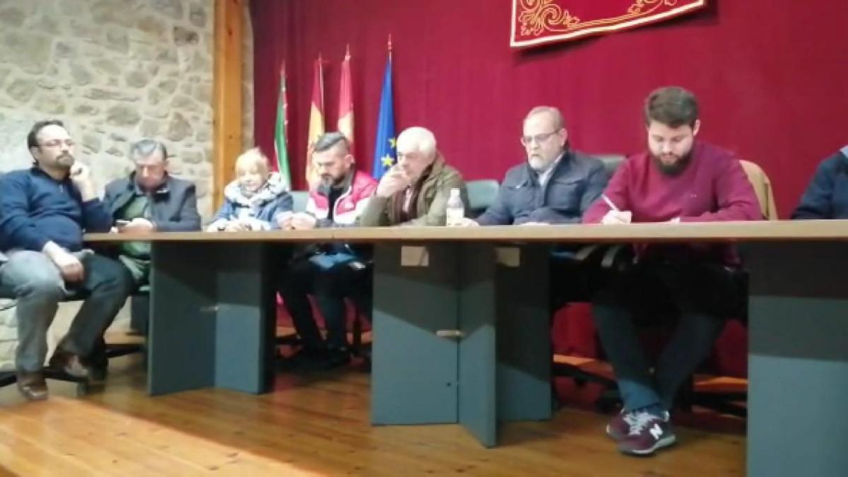 Corporativos del Ayuntamiento de Fermoselle durante una sesión plenaria