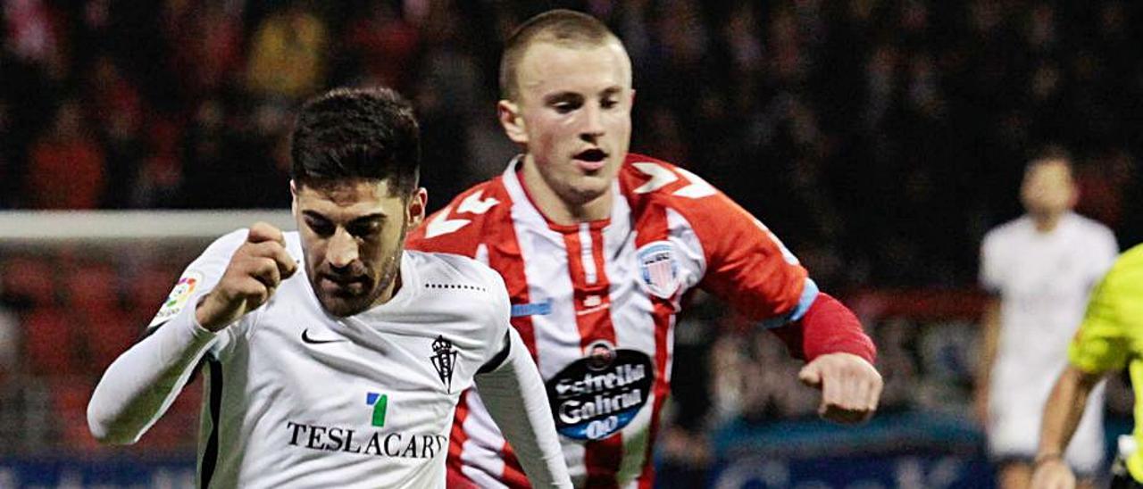 Kravets persigue a Carmona en un Lugo-Sporting del curso 2017-18.