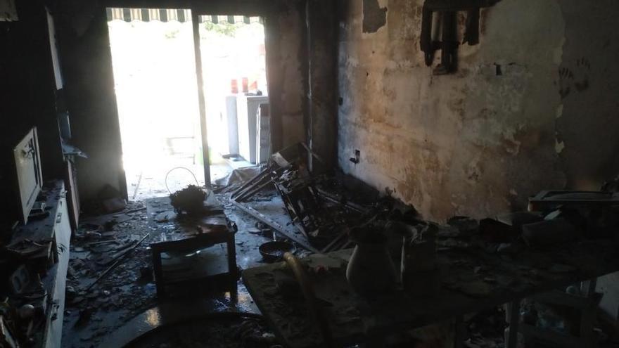 Tres personas heridas en el incendio de un edificio en Candelaria