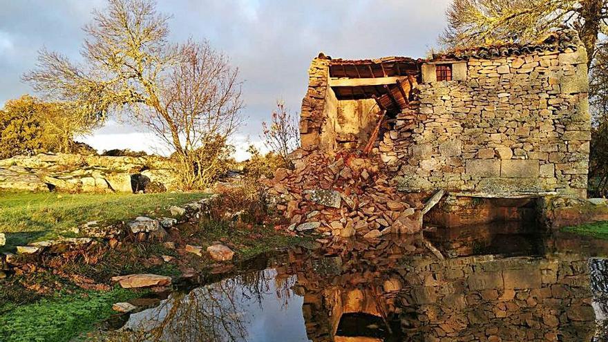Asociaciones y vecinos piden la reparación del molino de Villamor de Cadozos