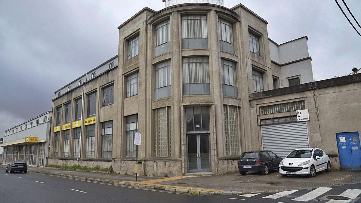 Edificio del antiguo concesionario de vehículos Conde Medín.     // M. MIRAMONTES/ROLLER AGENCIA