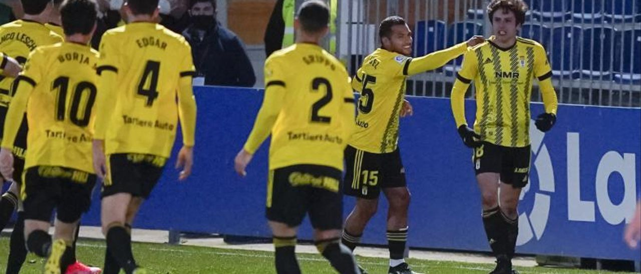 Los oviedistas, celebrando el gol de Sangalli.   LOF