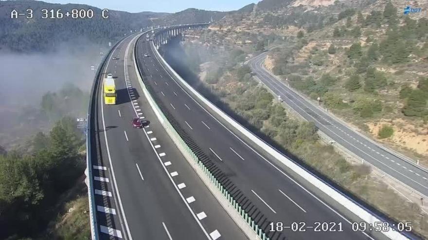 Niebla bajo el viaducto de Buñol, que esta mañana ya empezaba a quedar liberado de la neblina.