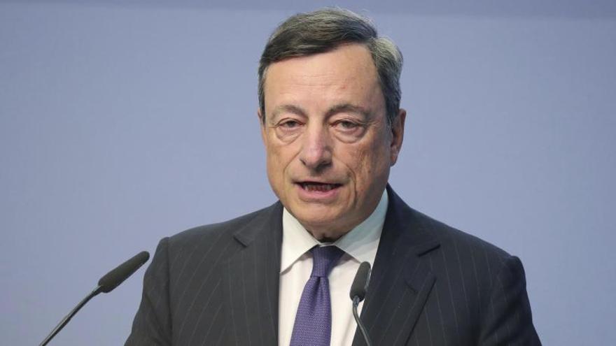 Draghi anuncia que los tipos de interés seguirán a la baja