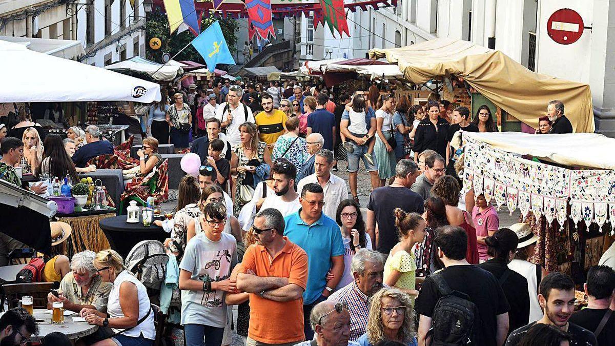 Público en la calle Damas durante la Feira das Marabillas del año pasado.