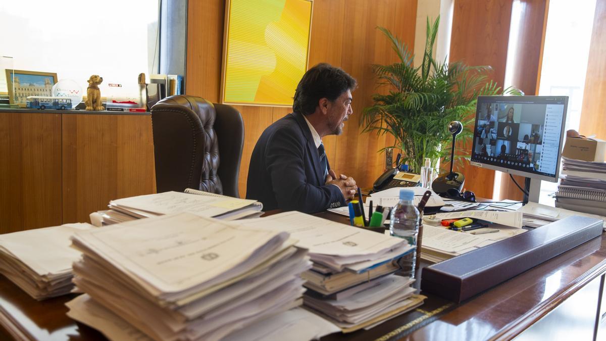 El alcalde de Alicante, Luis Barcala, durante el último pleno, celebrado de manera telemática.