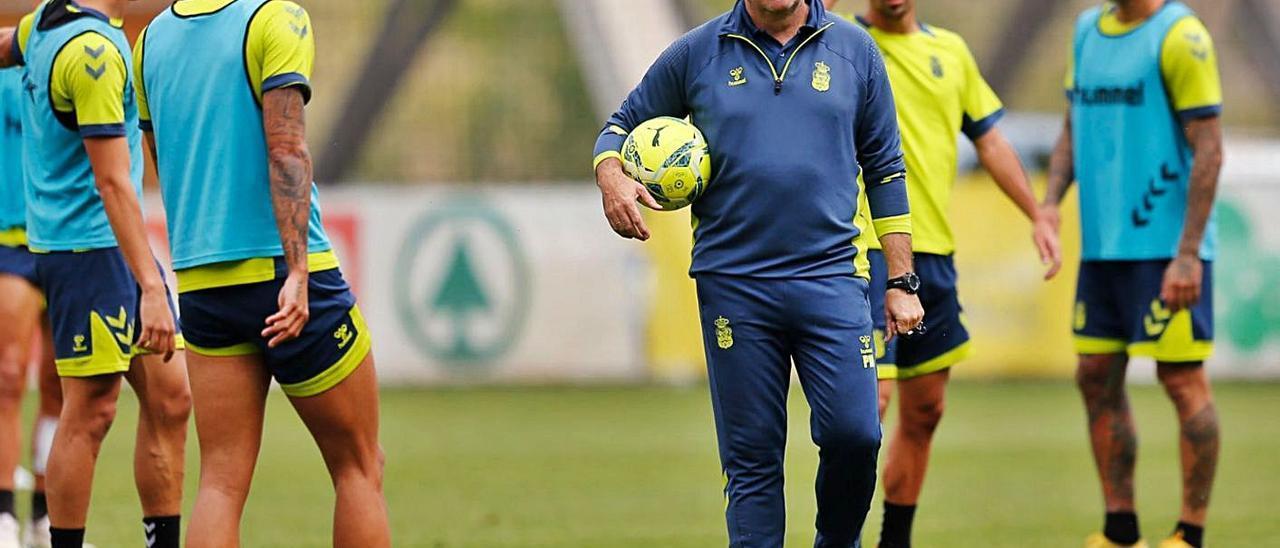 Pepe Mel, técnico de la UD Las Palmas, junto a algunos de sus jugadores en un entrenamiento de esta semana. | | LP/DLP