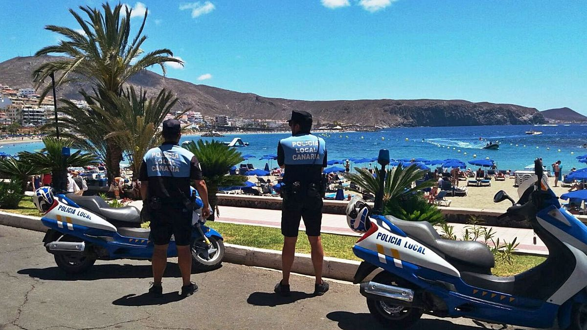 Dos agentes de la Turistica de Arona vigilan la playa de Las Vistas.     E.D.
