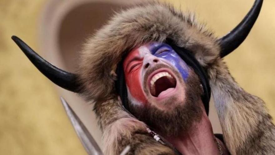 El vikingo del asalto al Capitolio se pone en huelga de hambre en prisión