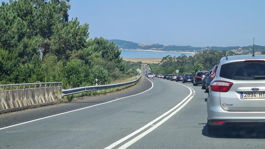Más de ocho kilómetros de retenciones para llegar a O Grove y A Lanzada