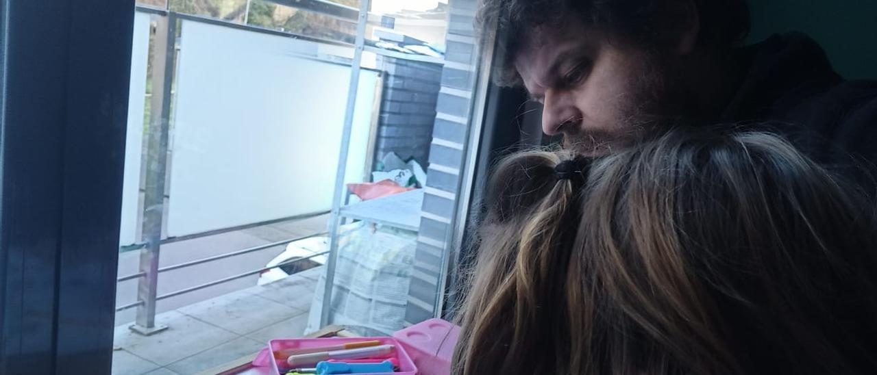 Fabián Díez ayuda en las tareas escolares a Nora Nogueira, ayer, en su casa de Moreda.   LNE