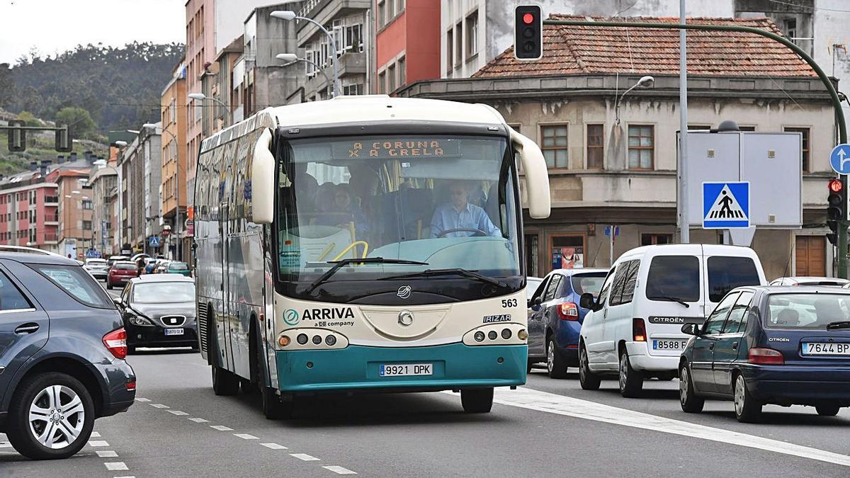 Un autobús circula por Arteixo. |   // VÍCTOR ECHAVE