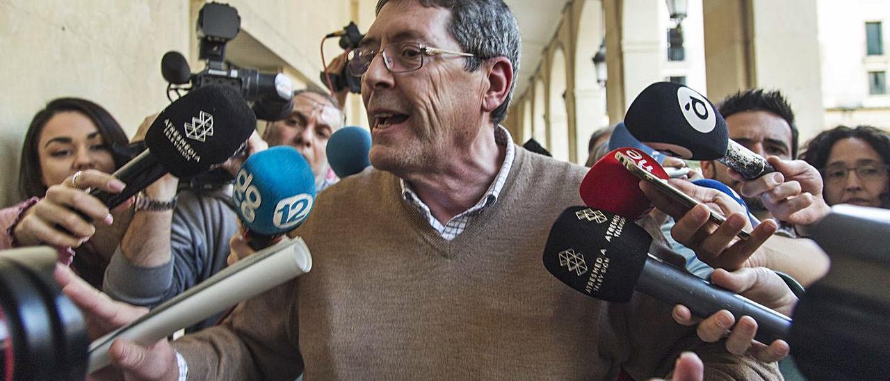 Juan Cano sale de la Audiencia el día que fue absuelto del asesinato de Alejandro Ponsoda.
