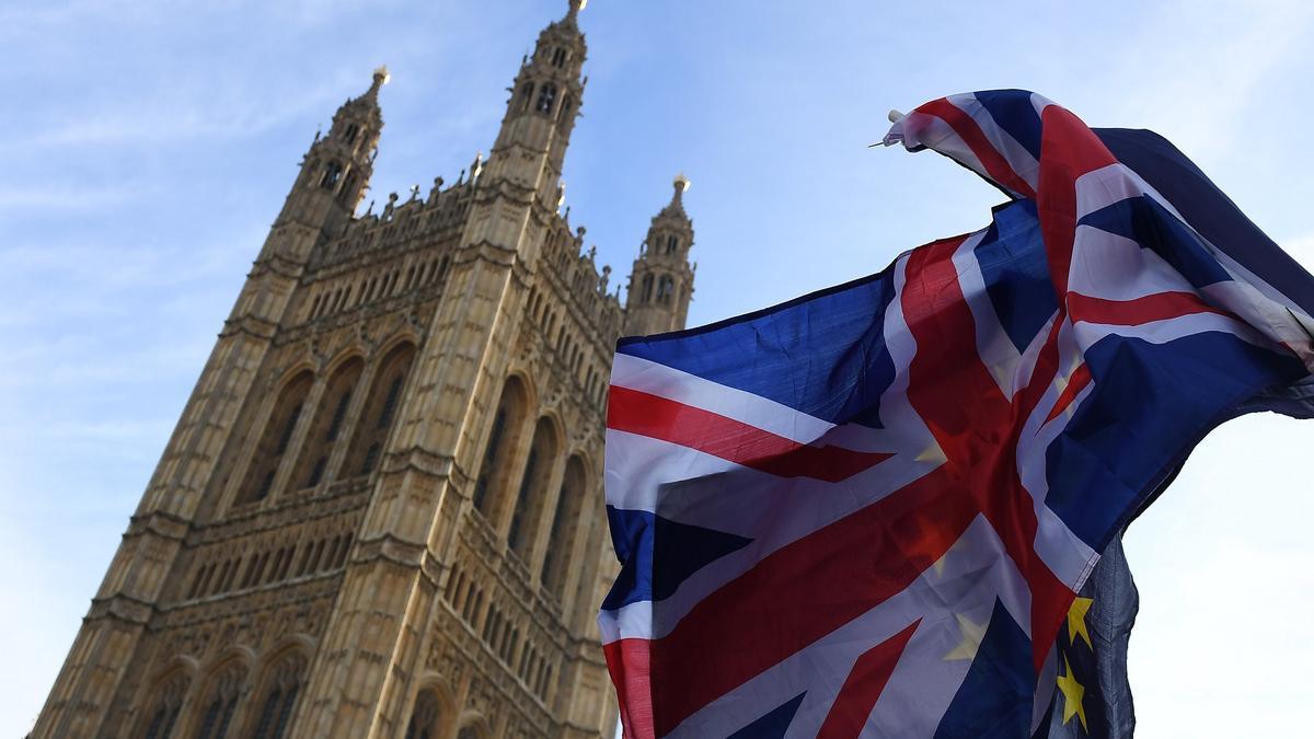 Encuentran documentos militares británicos sobre Rusia en una parada de bus.