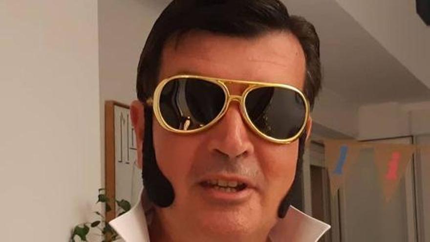 El concejal Fernando Giner de una guisa muy peculiar para honrar a Elvis