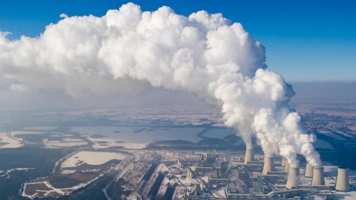 Columnas de vapor de agua emergen de las torres de una central eléctrica de Alemania