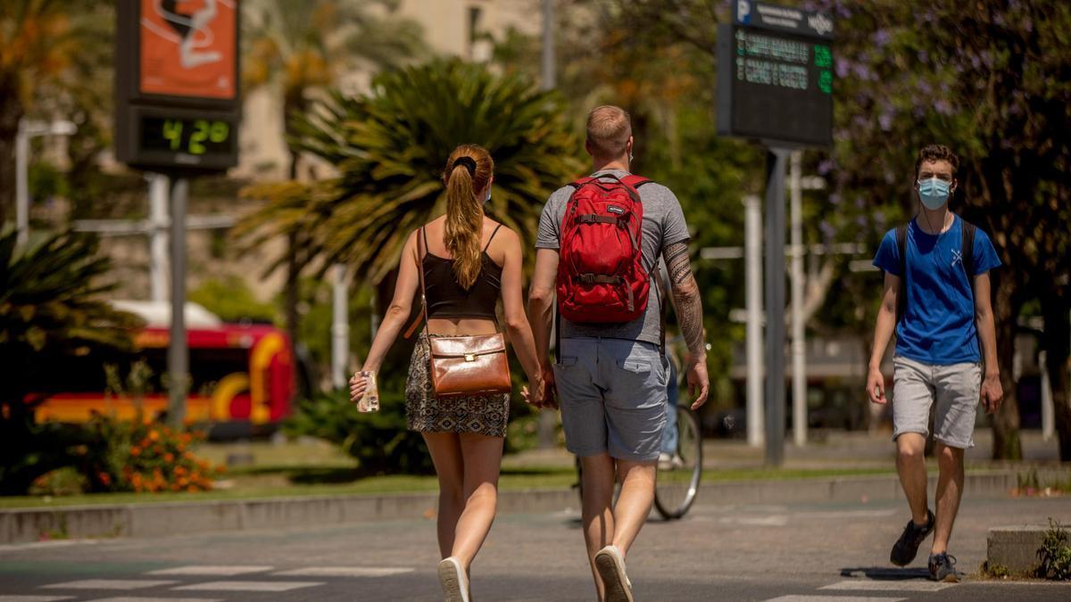 Turistas pasean por el centro de Sevilla.