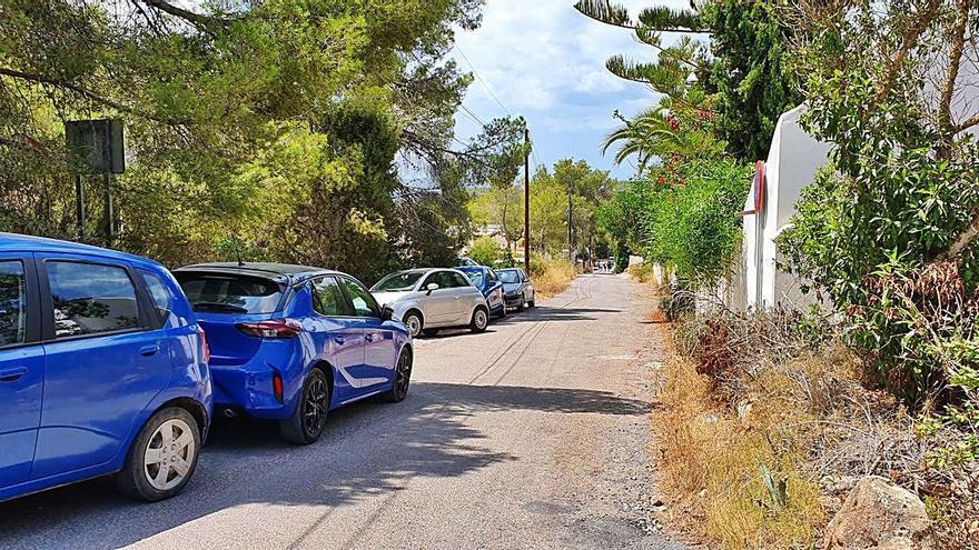 Caos automovilístico en la carretera de acceso a Cala Salada