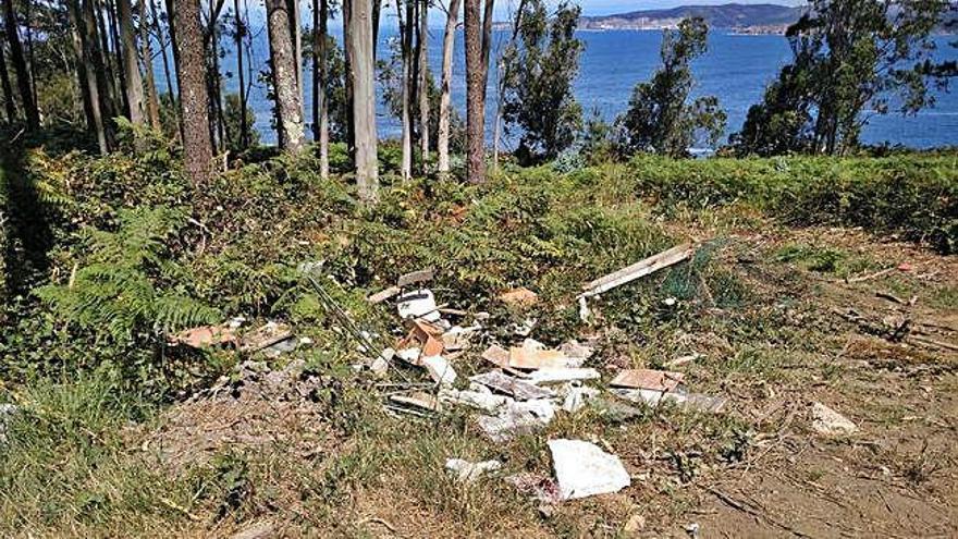 El BNG alerta de la aparición de vertederos ilegales en la costa de Dexo