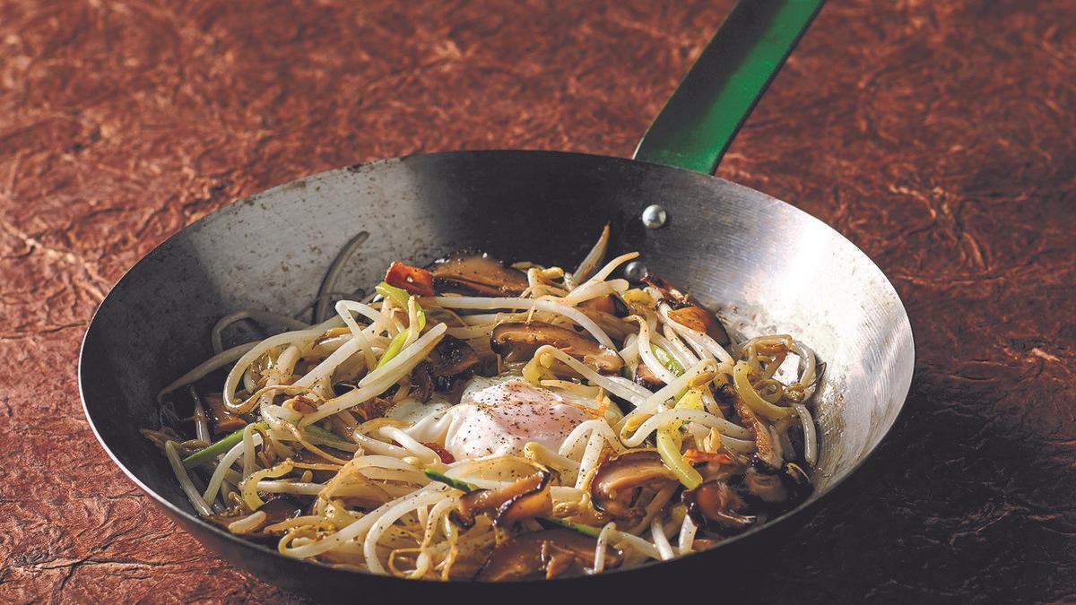 Brotes de soja al ajillo con huevos fritos, una de las recetas que forma parte del libro 'Vegetales a todo color', de Albert Adrià.