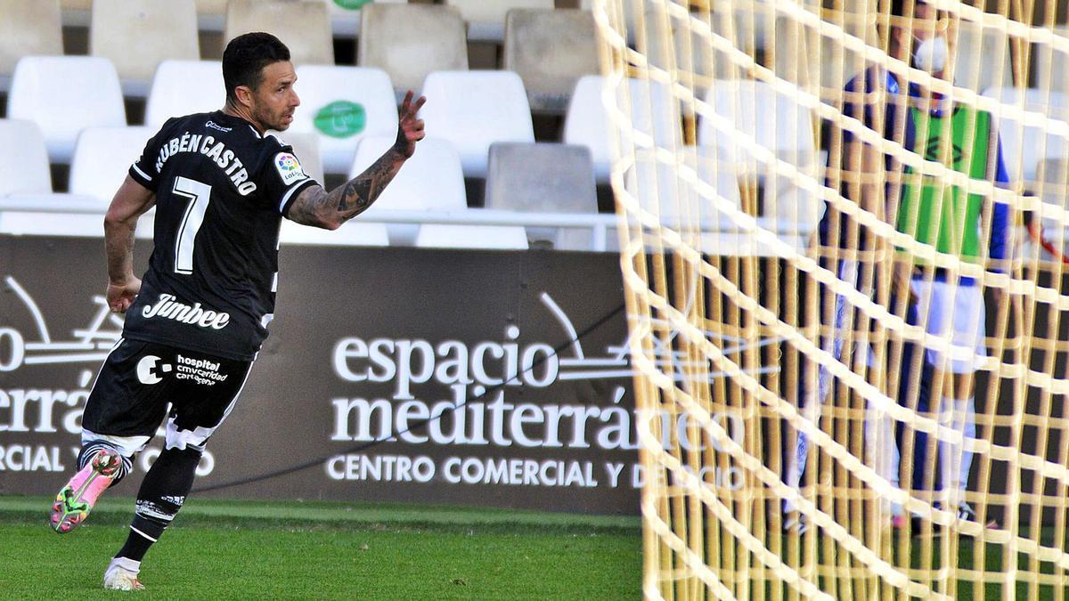 Rubén Castro celebra uno de sus dos goles ante el Rayo Vallecano.