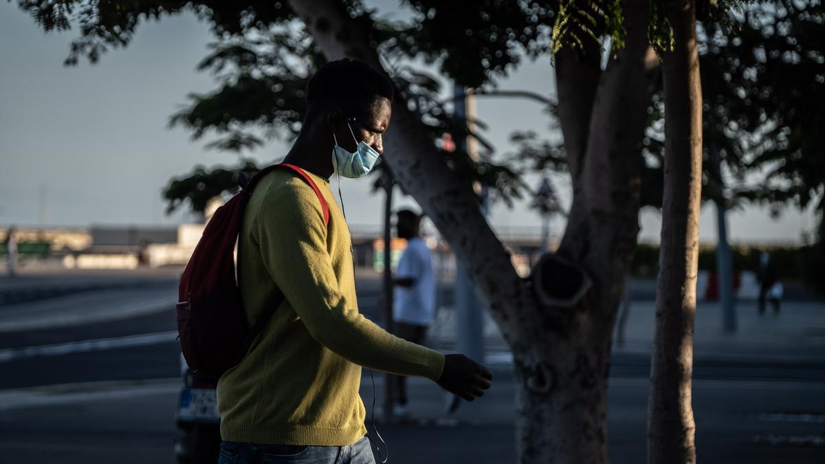 Un joven camina por Santa Cruz de Tenerife