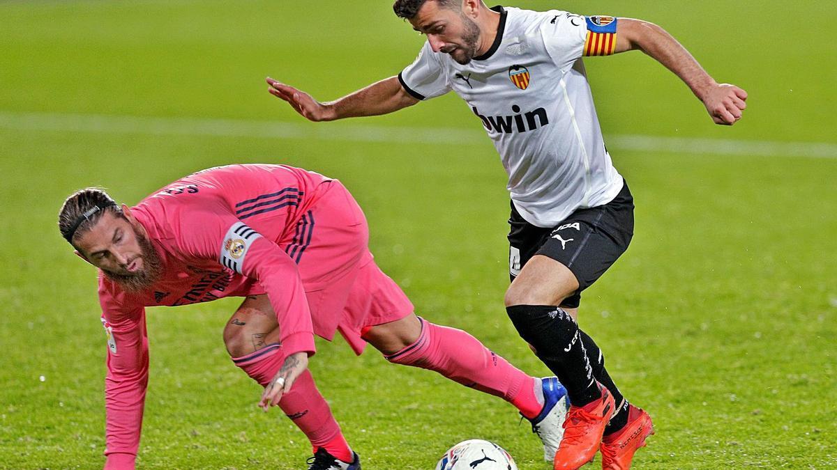 Gayà supera a un Sergio Ramos que intenta frenar el avance del lateral del Valencia, ayer, en Mestalla. |  // KAI FÖRSTERLING