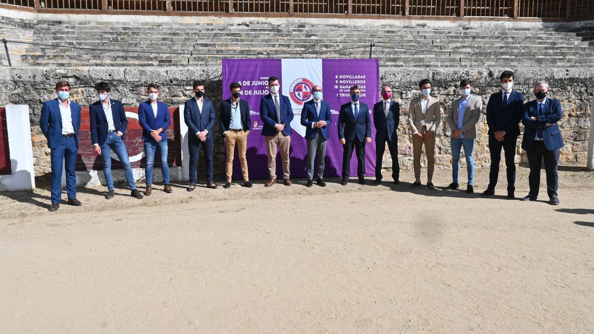 Autoridades y novilleros posan tras la presentación del circuito de festejos taurinos