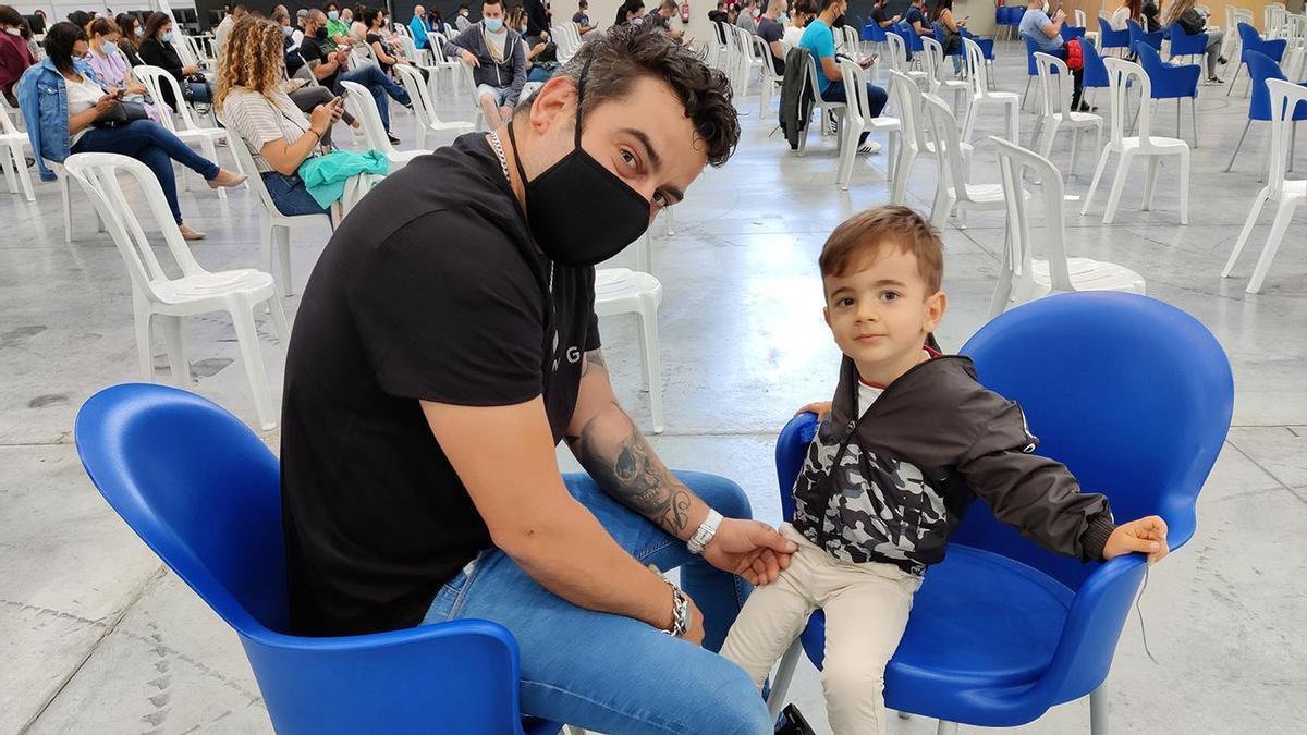 Un joven vigués y su hijo, en la vacunación del Ifevi
