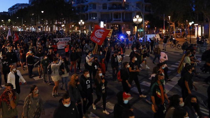 Centenars de persones clamen a Barcelona contra de la destitució del president