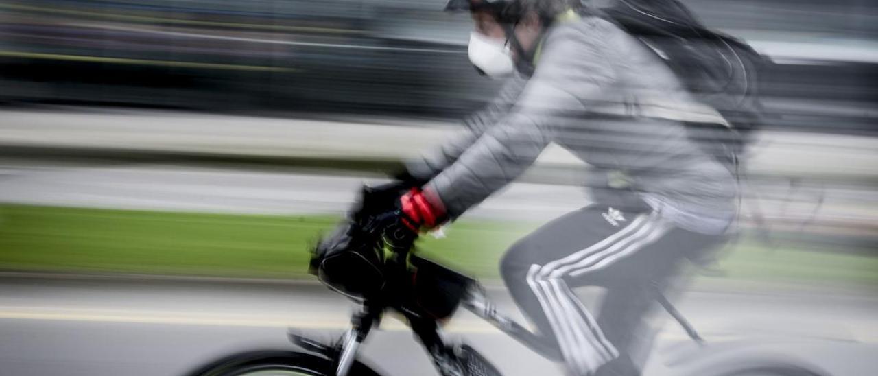 Un ciclista en ruta por Gijón.