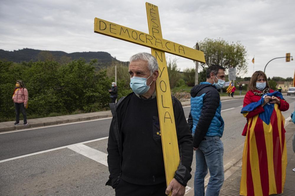 Protest contra la visita de Pedro Sánchez a la farmacèutica Hipra d'Amer