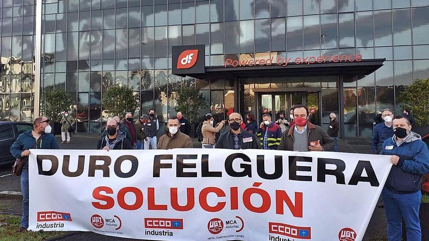 Protesta de los sindicatos frente a la sede de Duro Felguera en Gijón. | Ángel González