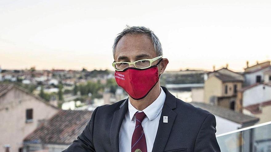 Ricardo Rivero, rector de la Universidad de Salamanca, en el Teatro Ramos Carrión. | Nico Rodríguez