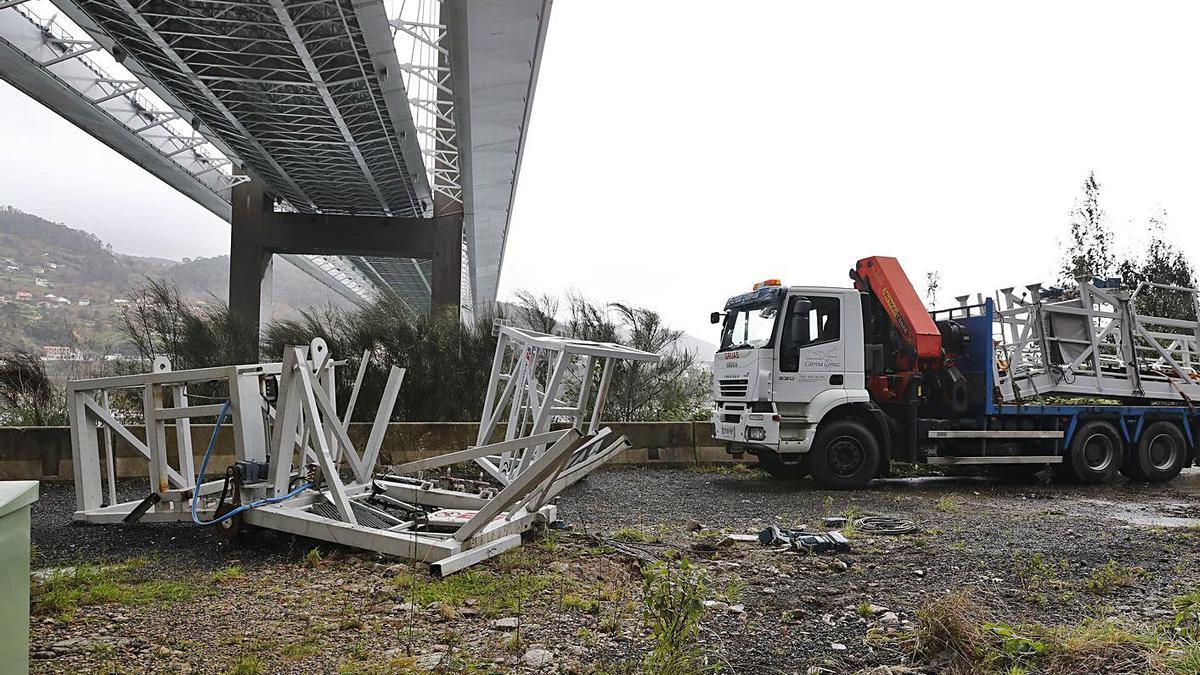 La estructura que se desplomó a causa del viento desde el puente de Rande en la AP-9. |   // RICARDO GROBAS