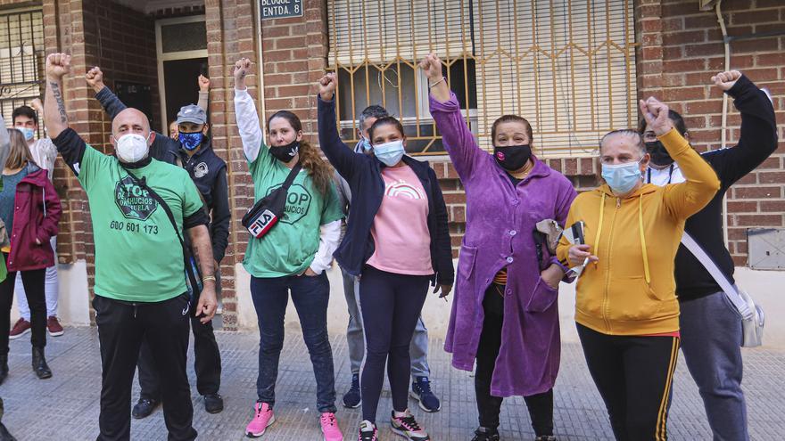 Paralizan el desahucio de tres familias en Orihuela