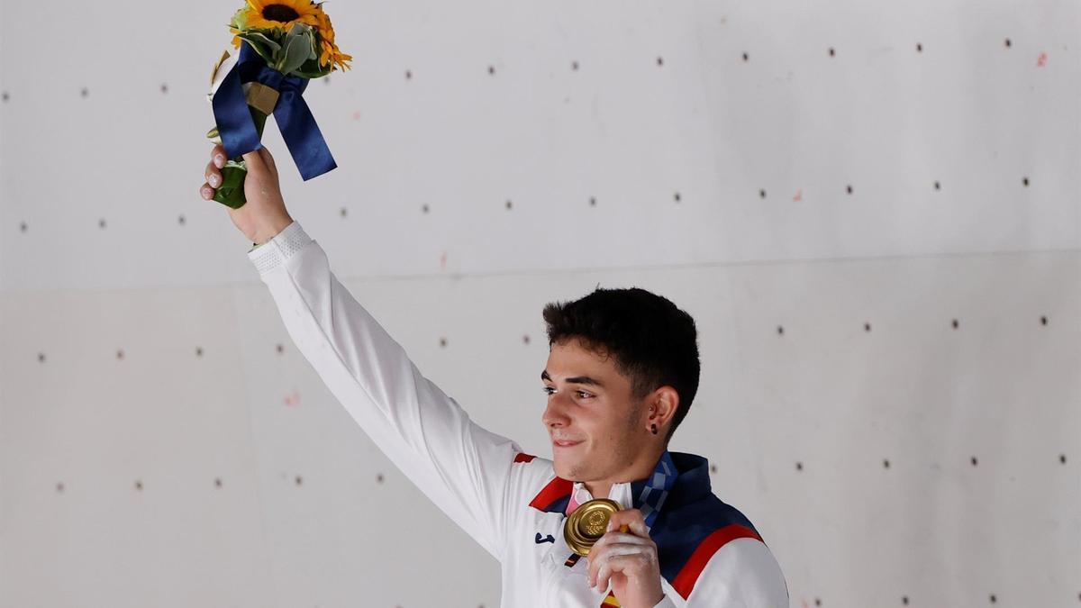 El español Alberto Ginés celebra en el podio tras conseguir la medalla de oro en escalada
