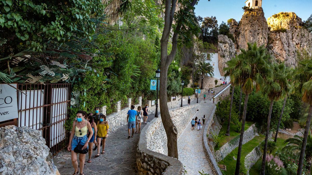 Este pequeño municipio de apenas 200 habitantes emerge en medio de un paisaje montañoso. Pero, sin duda, lo más llamativo de este lugar es el castillo. Se erige sobre un risco y ofrece unas vistas extraordinarias del pantano de Guadalest.