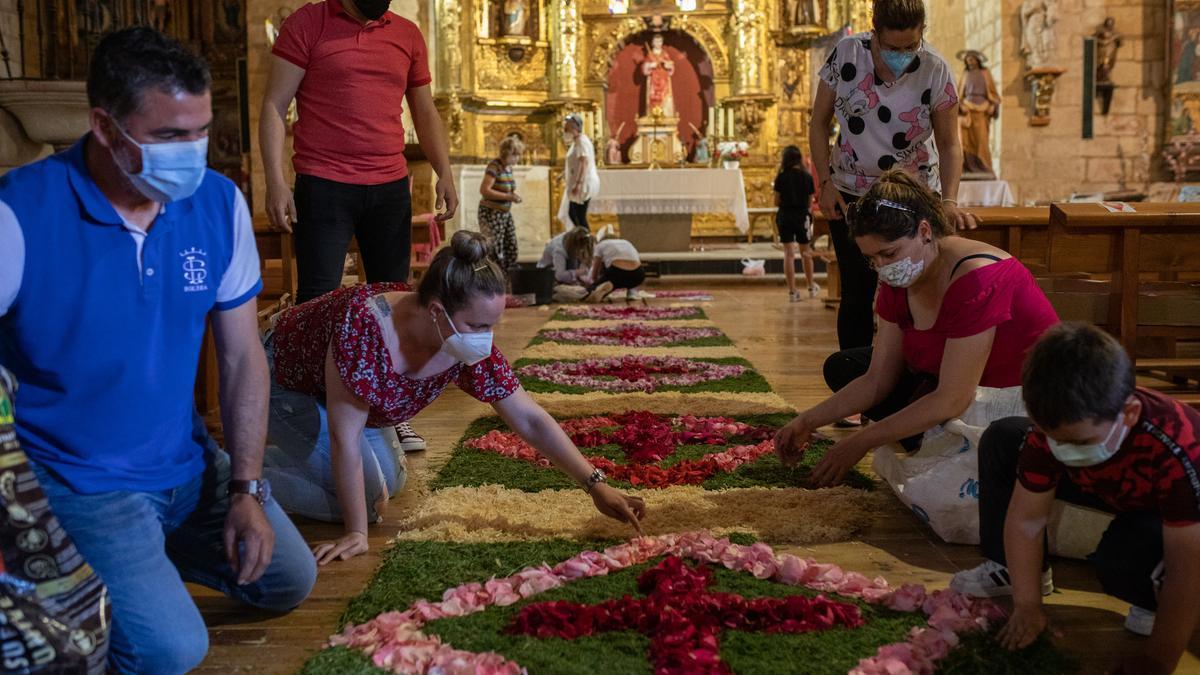 Colocación de las flores en el pasillo central de la iglesia de El Perdigón.