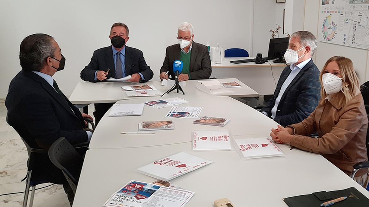 Firma del convenio entre el Ayuntamiento de Altea y la Cámara de Comercio para reducir el desempleo juvenil.