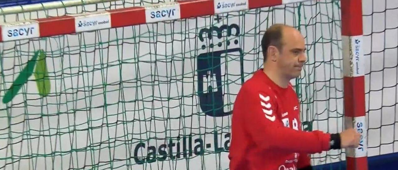 José Javier Hombrados, portero del Guadalajara, se lamenta ayer tras recibir un gol.