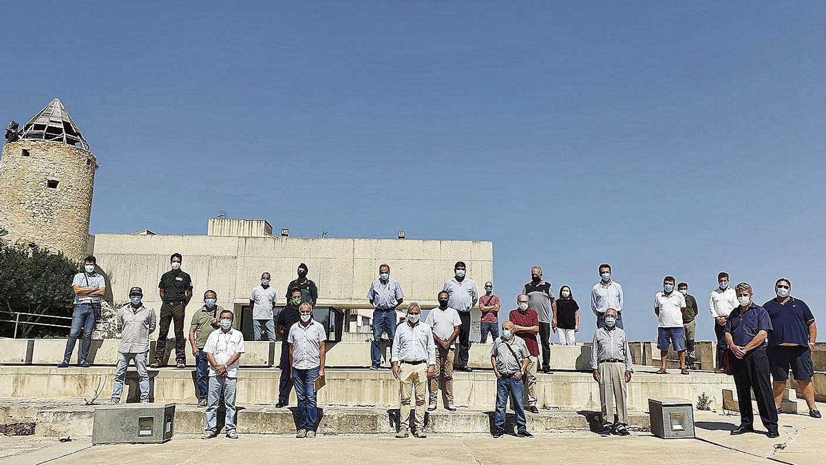 Foto de familia de los representantes que asistieron al Consell de Caça extraordiario en Montuïri.
