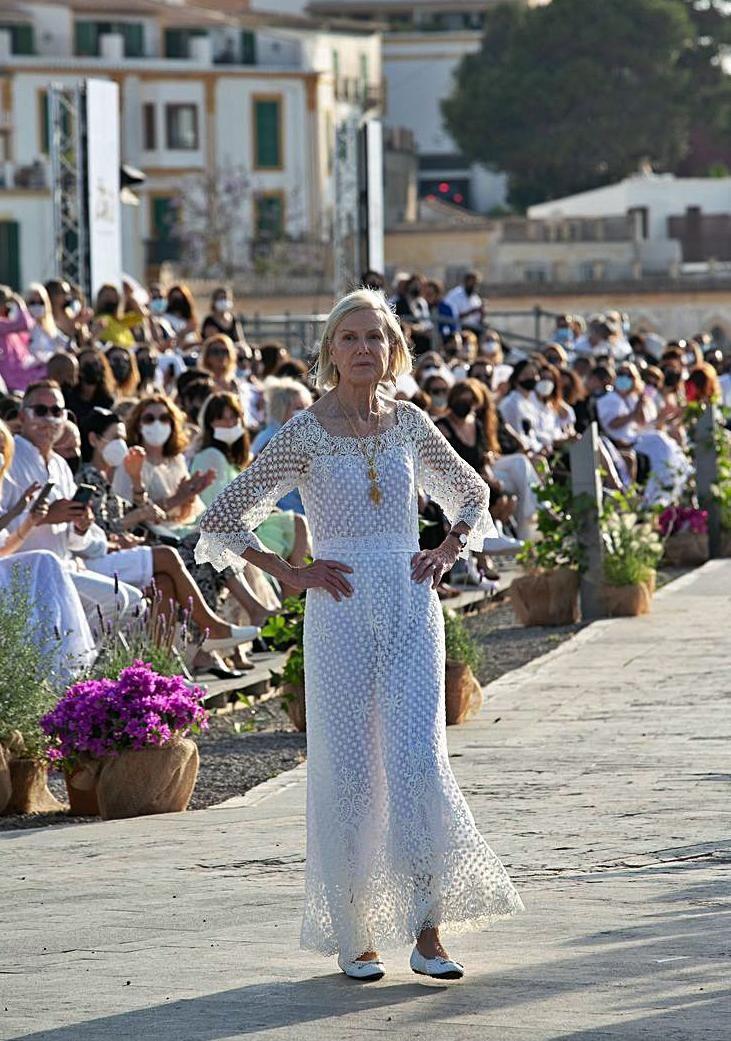 Olive Colomar desfila por la pasarela al inicio de Adlib 2021.