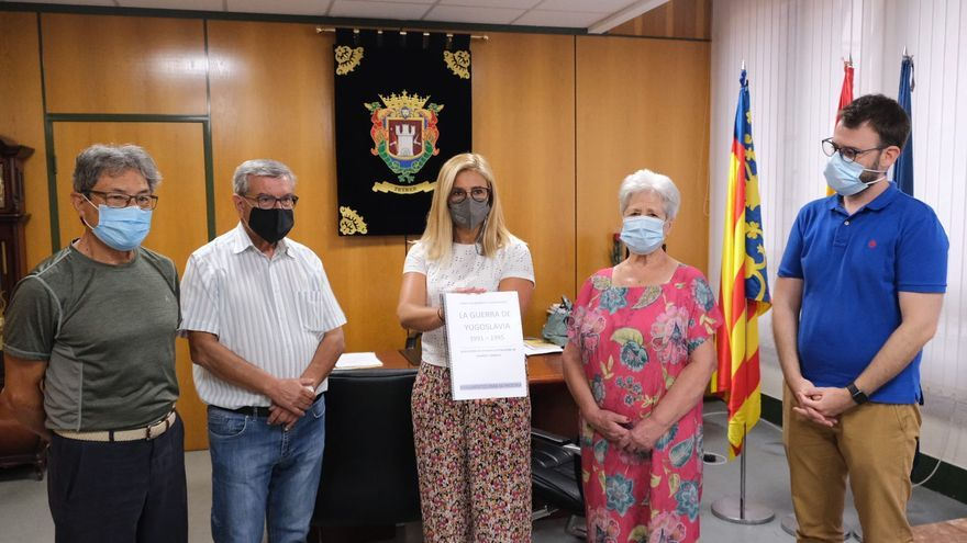 Petrer recibe el dossier de los refugiados de la guerra de los Balcanes en el Vinalopó