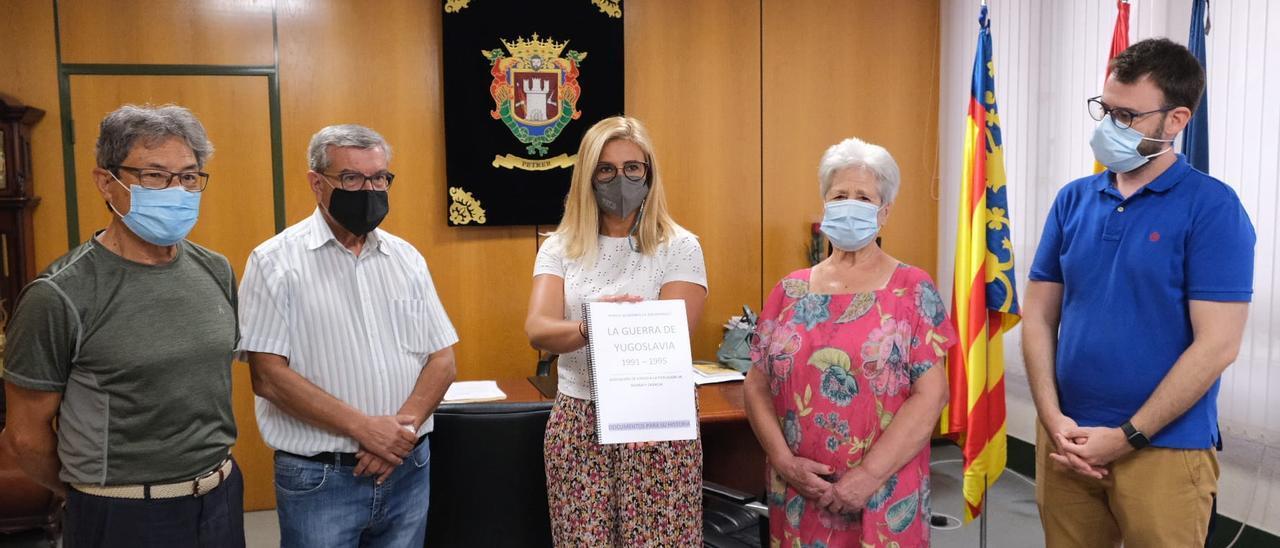 La alcaldesa de Petrer mostrando el dossier entregado por Juan Fernando Guillén, Boni Navarro y Maruja Megías.