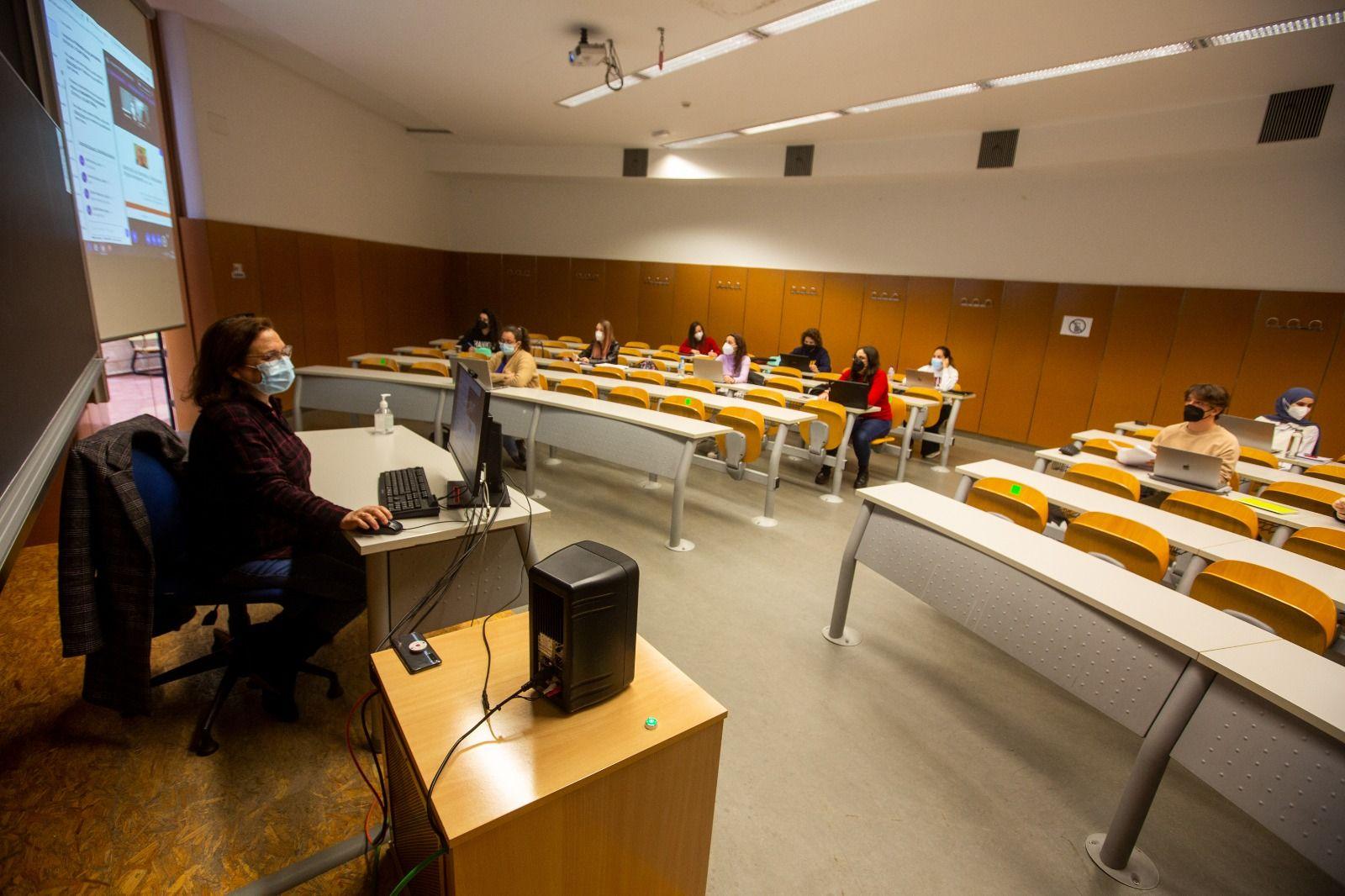 Universitarios de Alicante y Elche vuelven parcialmente a las aulas al remitir el covid