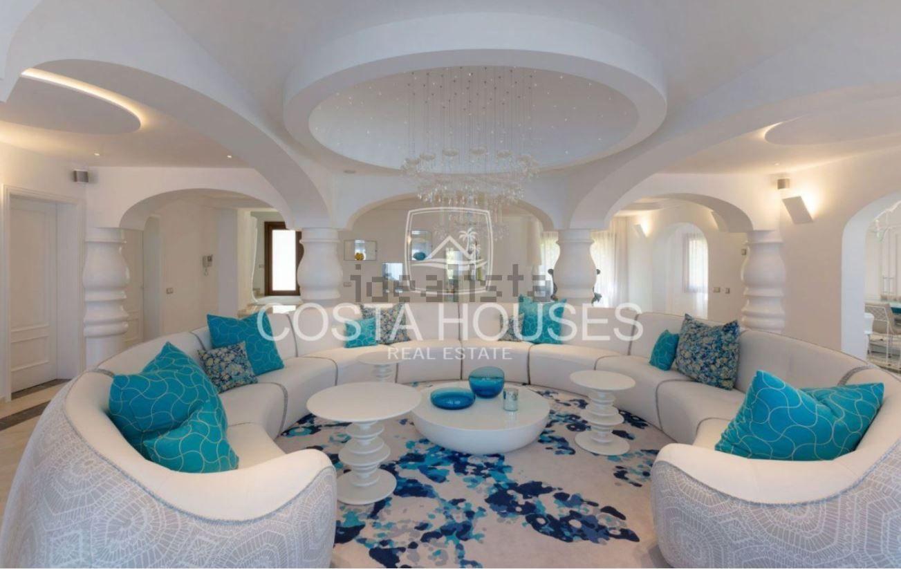 Además de las numerosas estancias que ocupan los 1.900 m² útiles, la propiedad cuenta con amplias plazas de garaje.