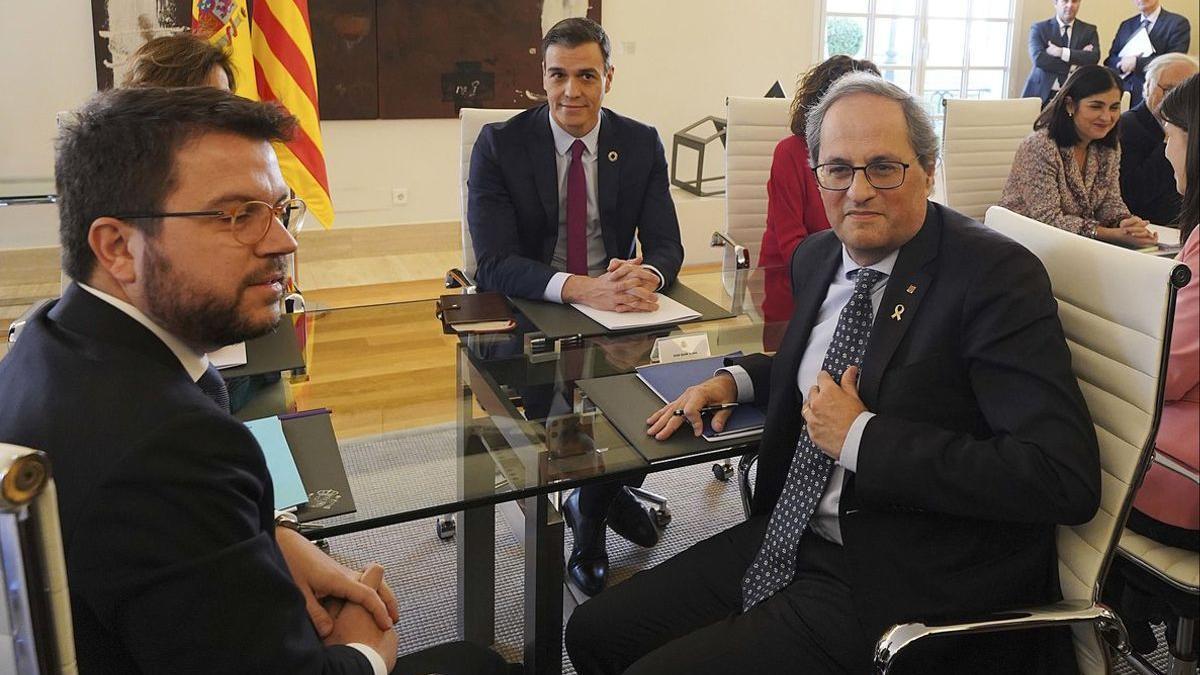 Pere Aragonès y Quim Torra junto a Pedro Sánchez.